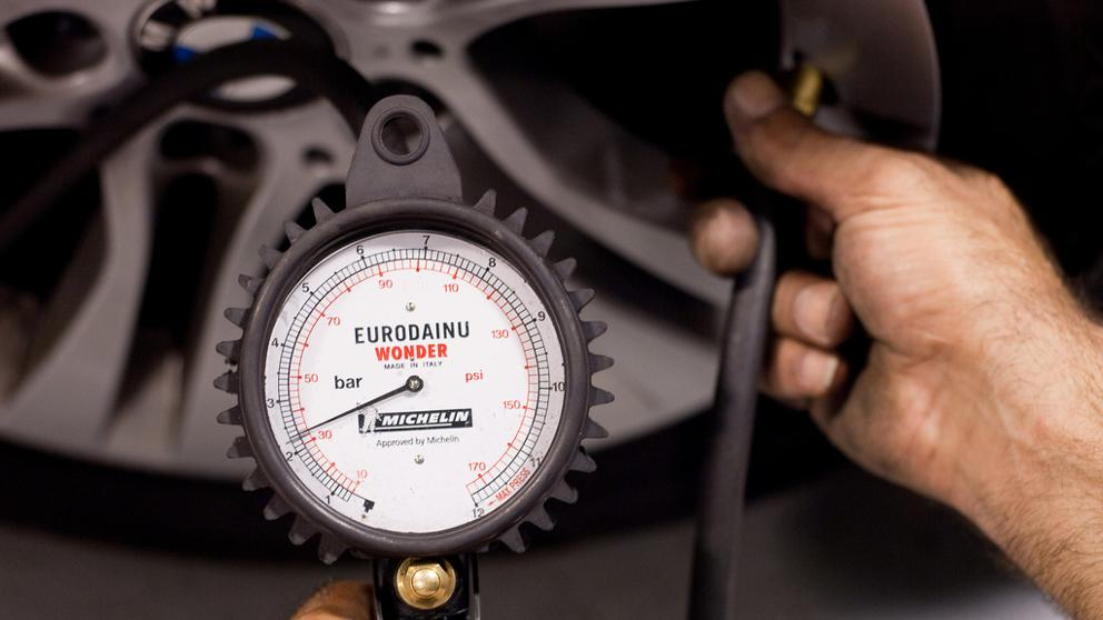 Cómo medir la presión de las cubiertas