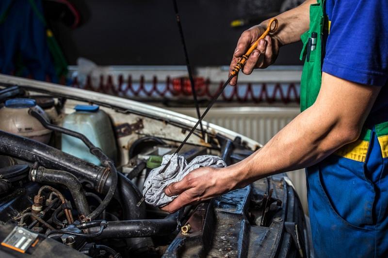 Mi auto pierde aceite, ¿qué debo hacer?